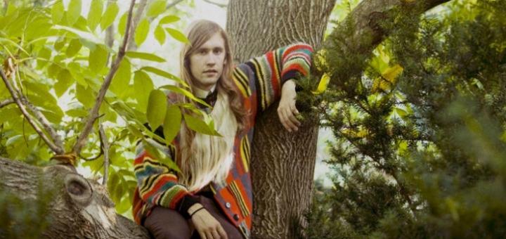 Jaakko Eino Kalevi assis dans un arbre